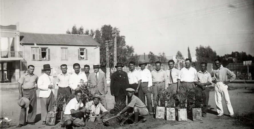נטיעת עצים בגן המייסדים בשנת 1933